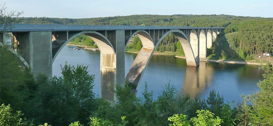Die Podolský-Brücke am Stausee Orlik